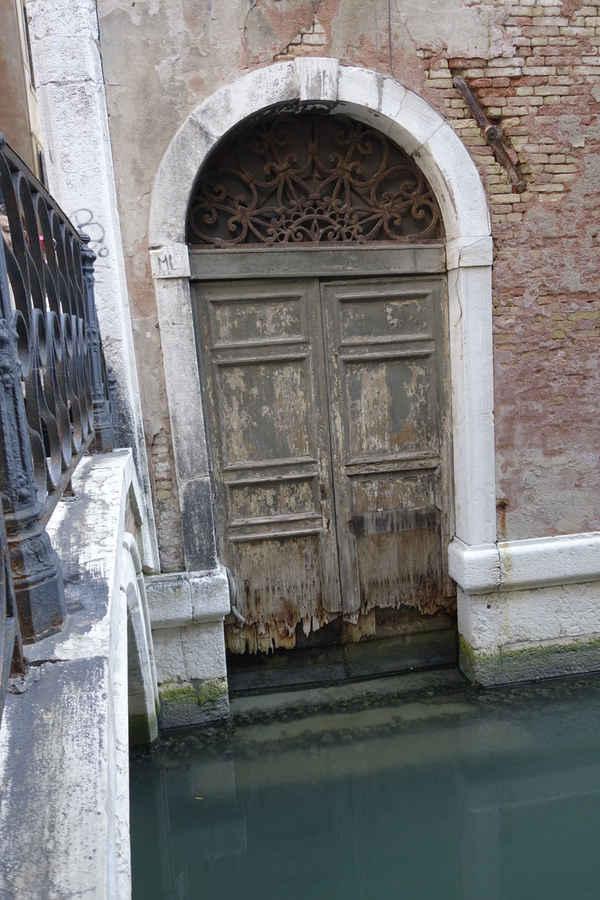 Benátky, shnilé dveře