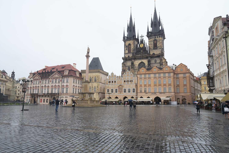 Staroměstské náměstí vyprázdněné koronavirem a deštěm